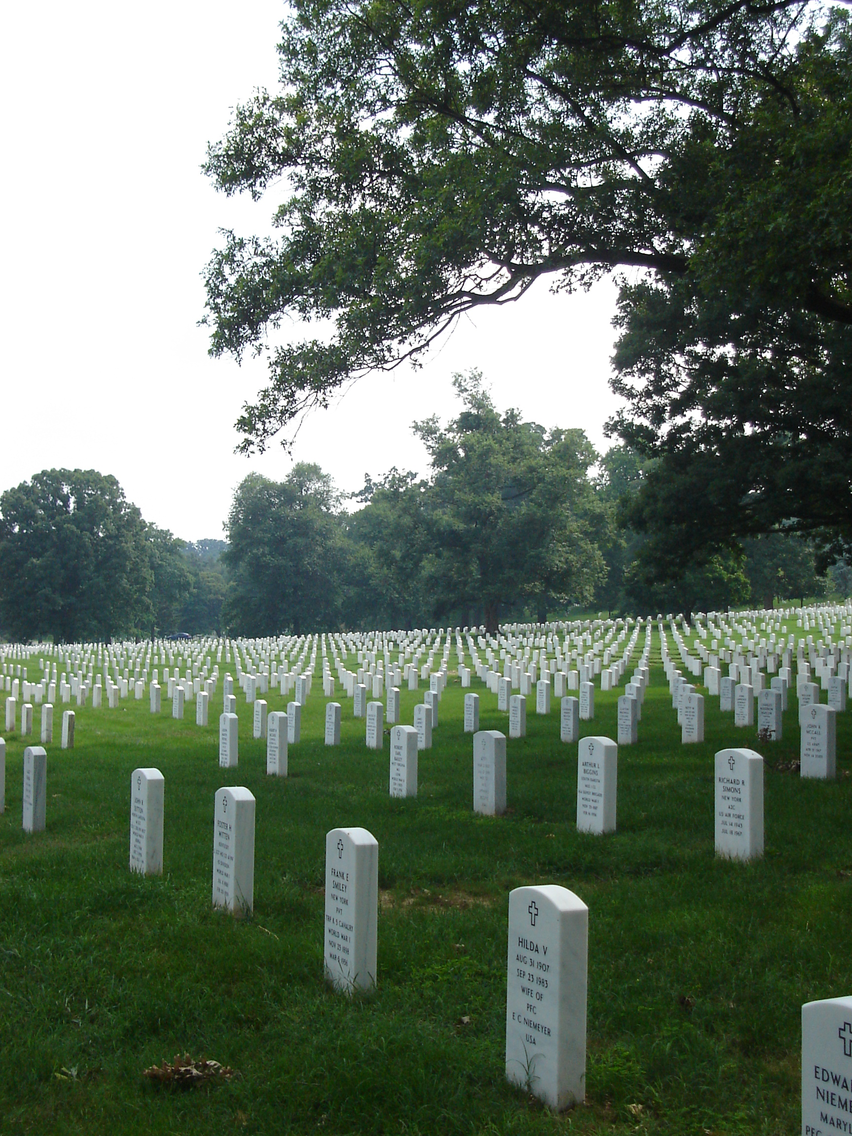 Memorial Day.Tombstones_at_Arlington_National_Cemetery,_July_2006.jpg