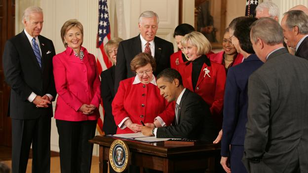 Barack_Obama_signs_Lilly_Ledbetter_Fair_Pay_Act_of_2009_1-29-09.jpg