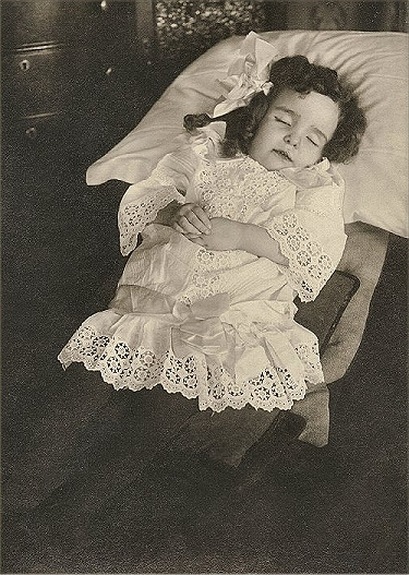 Sleeping girl.Meisjekrullen.jpg